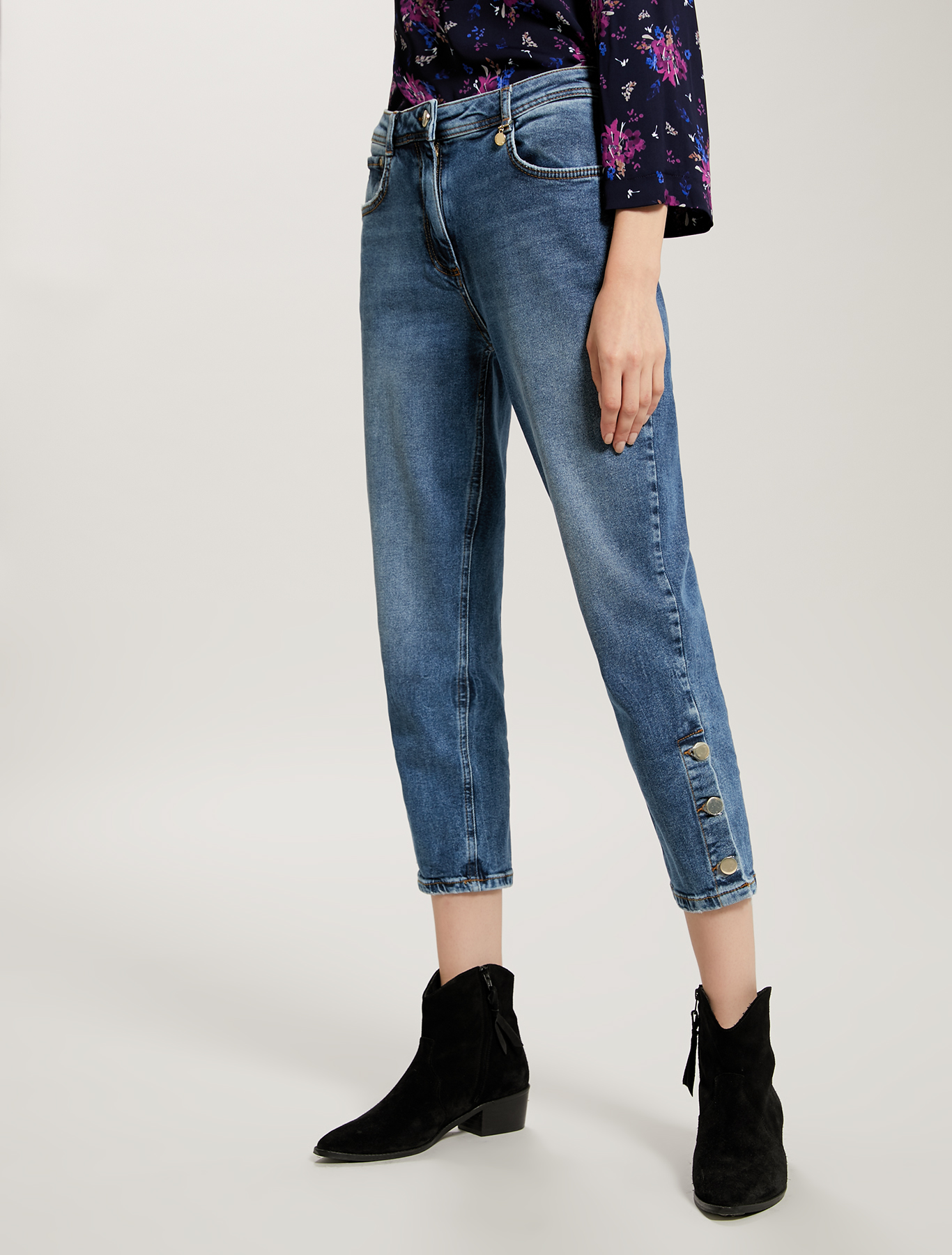 Mom-fit jeans with gold-tone buttons - midnight blue - pennyblack